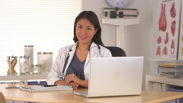 successful doctor in her office - einzelne frau über 30 stock-videos und b-roll-filmmaterial