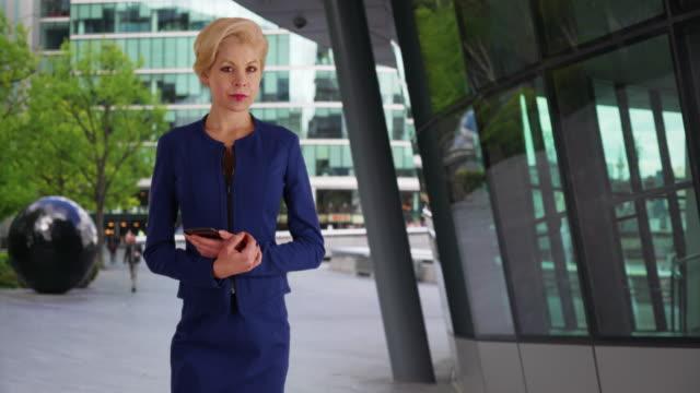 vidéos et rushes de successful female executive in london, england posing for portrait confident - directrice