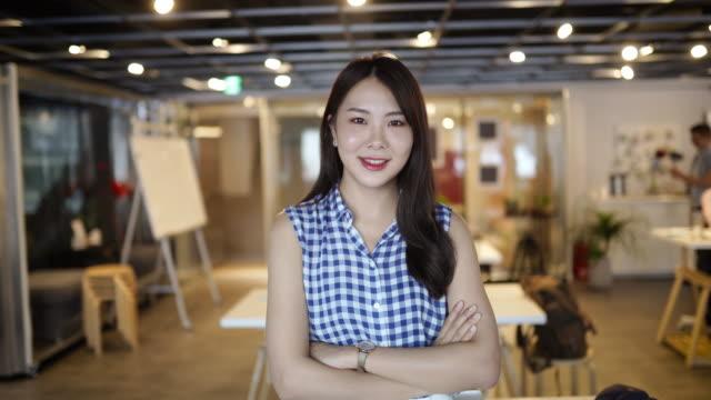 successful female manager - viso naturale video stock e b–roll