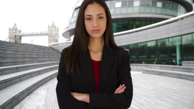 vídeos y material grabado en eventos de stock de successful latina female poses with arms crossed outside city hall, london - vestimenta de negocios formal