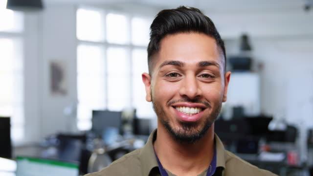 vídeos de stock, filmes e b-roll de profissional de negócios masculino bem sucedido no cargo - pessoas bonitas