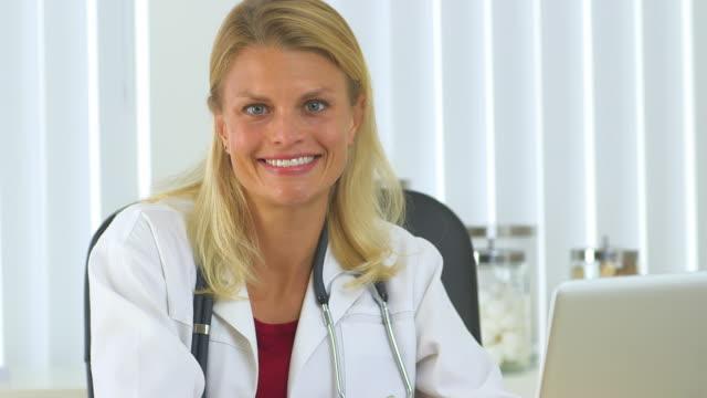 vídeos de stock e filmes b-roll de successful woman doctor - só uma mulher de idade mediana