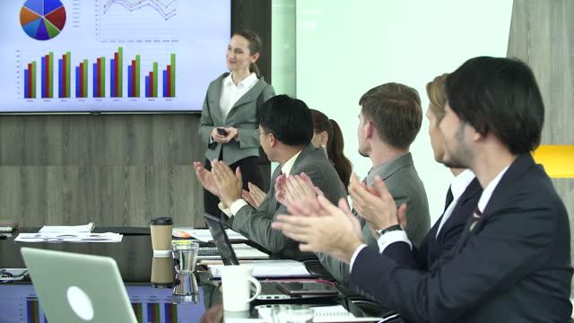 stockvideo's en b-roll-footage met de manager van de succesvolle vrouw iets uitleggen over werk aan haar partner terwijl je in moderne kantoor interieur. - medewerkerbetrokkenheid