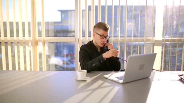 vídeos de stock, filmes e b-roll de empresário bem sucedido jovem, usando o telefone durante o coffee-break - orgasmo