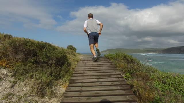 成功した海岸の近くのこの朝を実行します。 - アスレチック点の映像素材/bロール