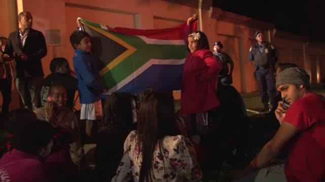 sudafricanos empiezan a acercarse este jueves a la casa del presidente nelson mandela tras conocerse la noticia de su fallecimiento voiced luto en... - luto stock videos and b-roll footage