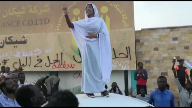 vídeos de stock, filmes e b-roll de sudanese demonstrators taking part in a weekslong sitin outside the army headquarters in khartoum and paramilitary rapid support forces removing road... - sudão