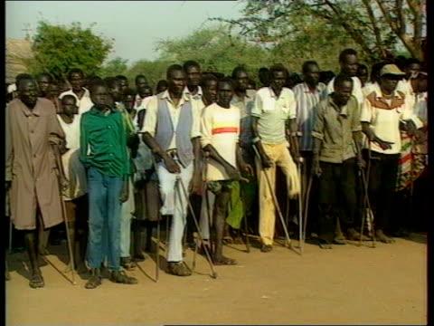 vídeos y material grabado en eventos de stock de sudanese diplomatic expulsion south sudan ms archbishop of canterbury dr george carey along towards carrying cross leading procession track back ms... - hermana