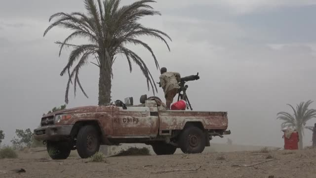 vídeos de stock, filmes e b-roll de sudanese fighters battle alongside yemen's saudi backed pro government forces against huthi rebels near the city of al jah in the hodeida province 50... - sudão