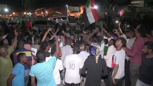 vídeos de stock, filmes e b-roll de sudanese protesters celebrate after negotiations with military council result in a three month transition period into civilian rule as some yearn for... - sudão