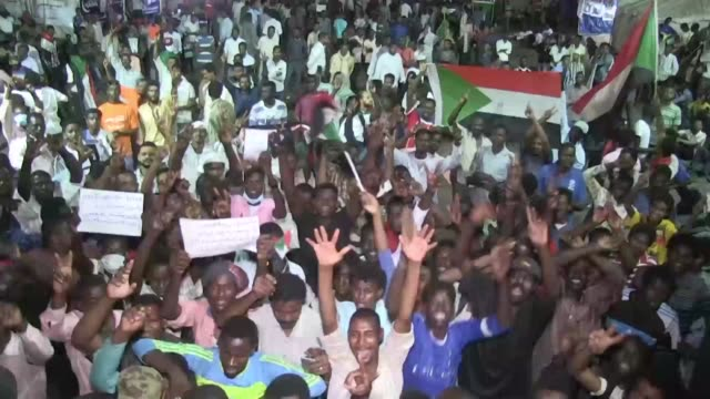 vídeos de stock, filmes e b-roll de sudanese protesters expressed sadness and anger after a delay in talks between protesters and the military accusing the military council of... - sudão