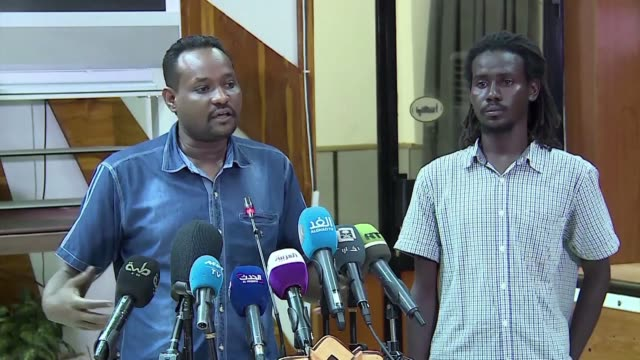 vídeos de stock, filmes e b-roll de sudanese protesters who have been holding sit ins outside the country's military headquarters hold a press conference to discuss their plans for the... - sudão