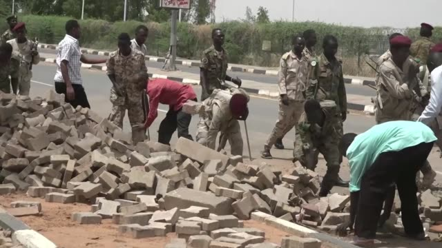 vídeos de stock, filmes e b-roll de sudanese soldiers and paramilitaries from the rapid support forces clear barricades from the streets of the capital khartoum days after the country's... - sudão