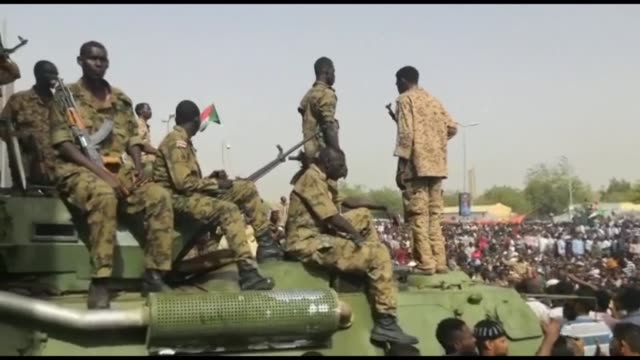 vídeos de stock, filmes e b-roll de sudanese soldiers stand on armed vehicles at the site of the protest near the army headquarters as thousands of khartoum residents flood the area... - sudão