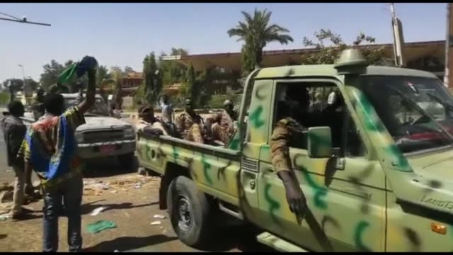 vídeos de stock, filmes e b-roll de sudan's army vehicles are deployed around its khartoum headquarters as protesters gather in the nearby streets calling for leader omar albashir's... - sudão