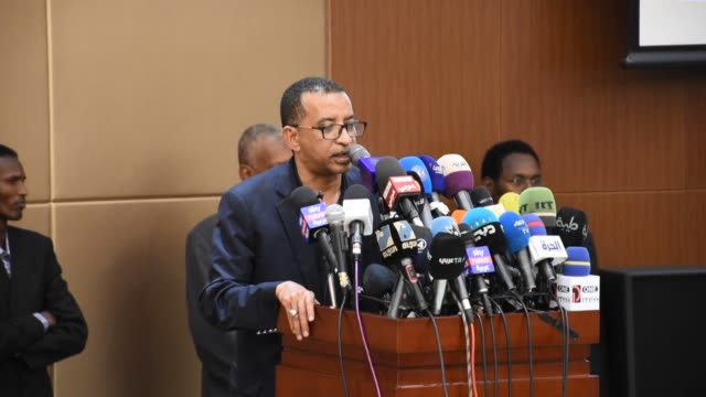 sudan's ruling transitional military council and the opposition forces for freedom and change alliance initialed a constitutional declaration on... - dominering bildbanksvideor och videomaterial från bakom kulisserna