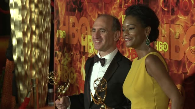 vídeos y material grabado en eventos de stock de sufe bradshaw and armando iannucci at the 2015 hbo emmy after party at the plaza at the pacific design center on september 20 2015 in los angeles... - armando iannucci