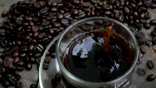 スローモーションでのコーヒーのカップに角砂糖 - 荒い麻布点の映像素材/bロール