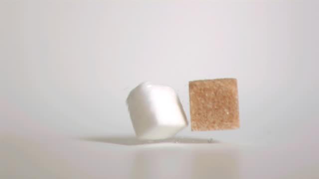 vidéos et rushes de sugar cubes falling down in super slow motion - fondu de fermeture