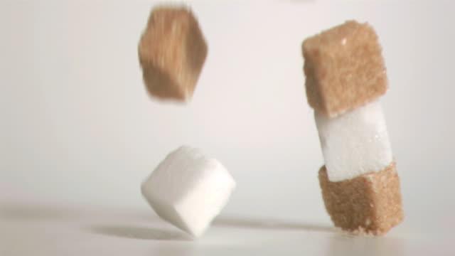 vidéos et rushes de sugar cubes falling down in super slow motion - groupe moyen d'objets