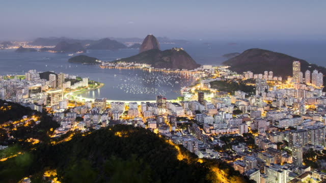 vídeos de stock, filmes e b-roll de tl, ws, ha sugar loaf mountain and guanabara bay day to night / rio de janeiro, brazil - time lapse de trânsito