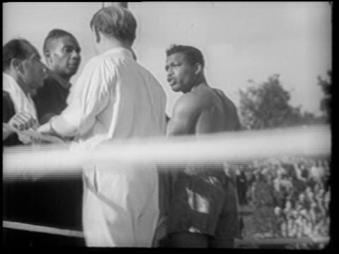 vídeos y material grabado en eventos de stock de sugar ray robinson in corner talking to referee being wiped by trainer / berlin - 1951