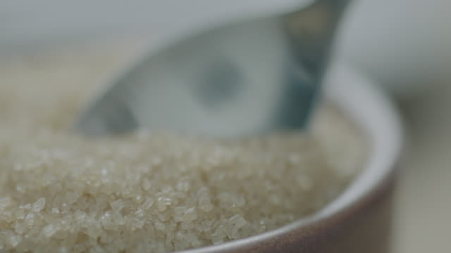 stockvideo's en b-roll-footage met sugar scoop - handen in een kommetje