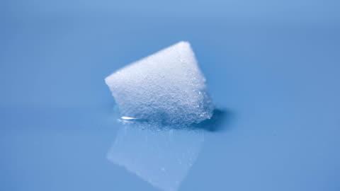 stockvideo's en b-roll-footage met t/l sugarcube dissolving in water - dissolving