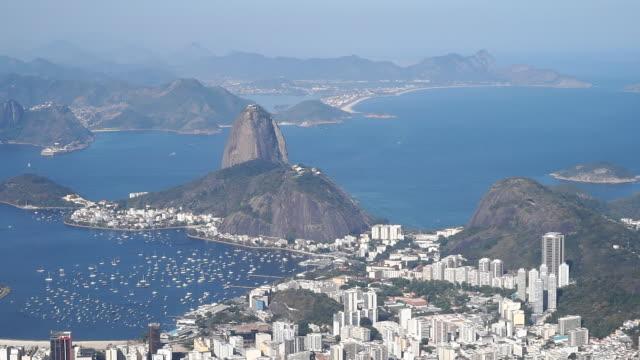 vídeos de stock, filmes e b-roll de o pão de açúcar no rio de janeiro, brasil - baía