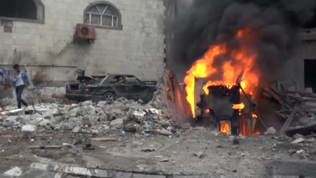 a suicide car bombing claimed by the islamic state jihadist group killed at least eight people thursday outside yemens presidential palace in the... - yemen bildbanksvideor och videomaterial från bakom kulisserna