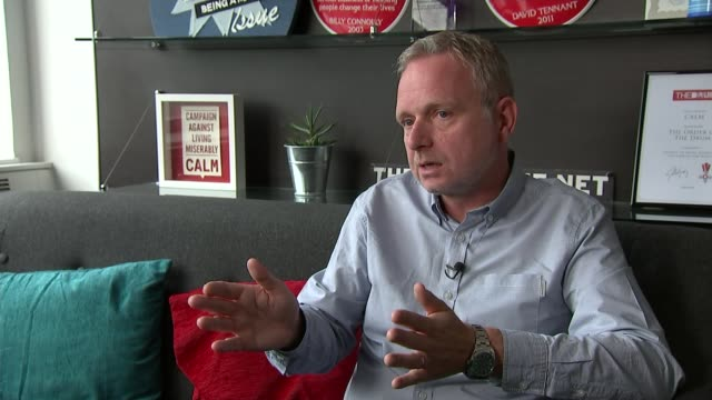 vidéos et rushes de suicide rates in uk lowest for 30 years england london ext reporter to camera sot simon gunning ceo campaign against living miserably interview sot... - suicide