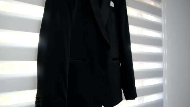 結婚式の準備ができてぶら下がっているスーツ - ハンガー点の映像素材/bロール