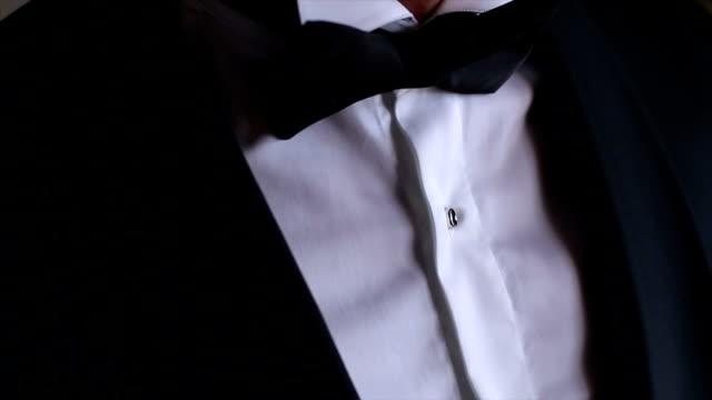 vídeos y material grabado en eventos de stock de traje con pajarita - ajustar