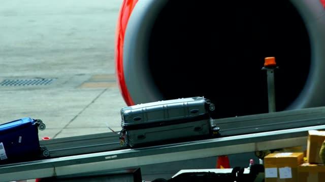 スーツケースや空港のベルトコンベアに荷物。