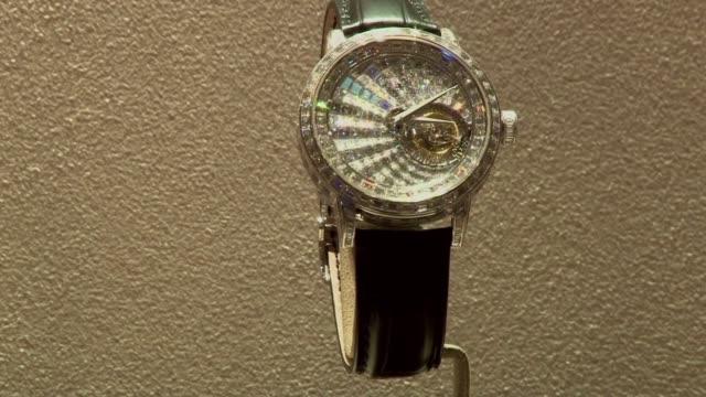 vídeos de stock, filmes e b-roll de suiza acoge esta semana la alfombra roja de las marcas de relojes de lujo pero son tiempos dificiles para el sector debido en parte a la entrada en... - reloj