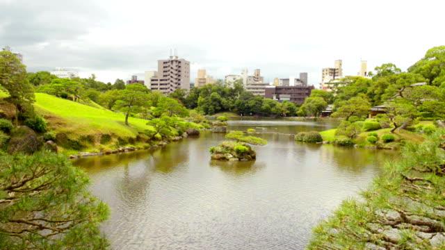 vídeos de stock, filmes e b-roll de ao jardim suizenji em kumamoto japão - 17th century style