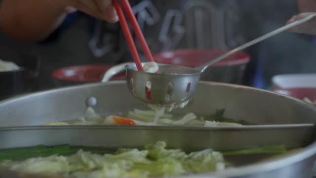 vídeos de stock e filmes b-roll de sukiyaki boiler - beliscar