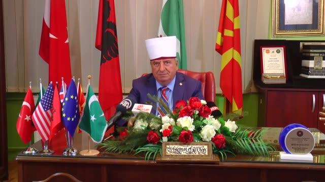 vídeos de stock, filmes e b-roll de sulejman rexhepi head of the islamic community in macedonia delivers a speech on muslim holiday eid aladha in skopje macedonia on september 11 2016 - república da macedônia