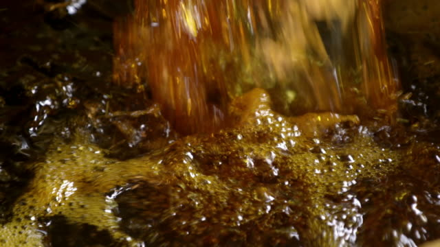 stockvideo's en b-roll-footage met sulphurous liquid flowing and being poured - emmer