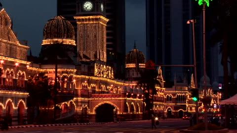 vídeos de stock, filmes e b-roll de ws sultan abdul samad building lit at night / kuala lumpur, malaysia - edifício do sultão abdul samad
