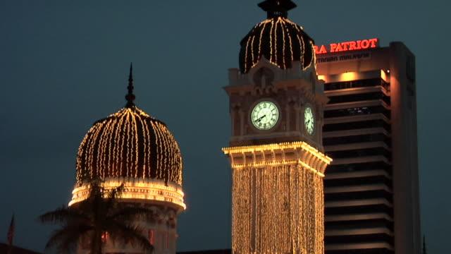 vídeos y material grabado en eventos de stock de ws td sultan abdul samad building lit at night / kuala lumpur, malaysia - edificio del sultán abdul samad