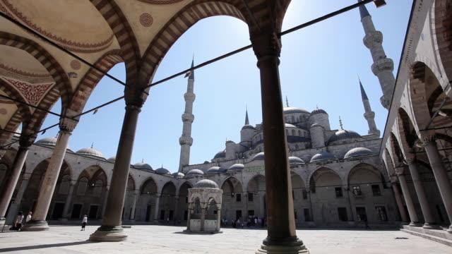 vídeos de stock, filmes e b-roll de ws pan sultan ahmed mosque (blue mosque) courtyard / istanbul, turkey - arco característica arquitetônica