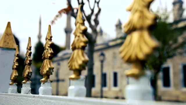 vídeos de stock e filmes b-roll de sultan ahmet camii - blue mosque in istanbul - portão