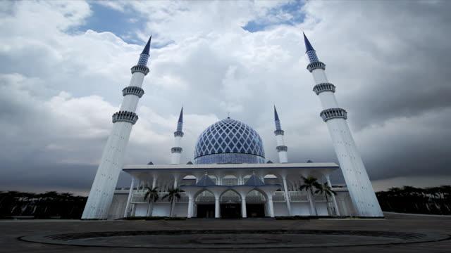t/l sultan salahuddin abdul aziz shah mosque, stormy clouds, kuala lumpur, malaysia - mosque stock videos & royalty-free footage