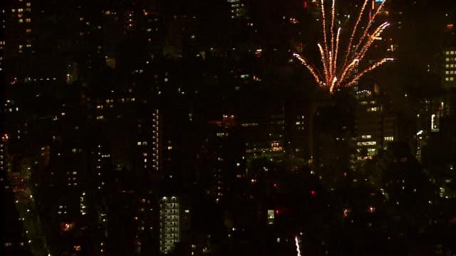 sumida-river fireworks exploding pyrotechnics displays flashing sparkling bursting celebrations tokyo japan 2007-07-28 night, aerial shot - firework display点の映像素材/bロール