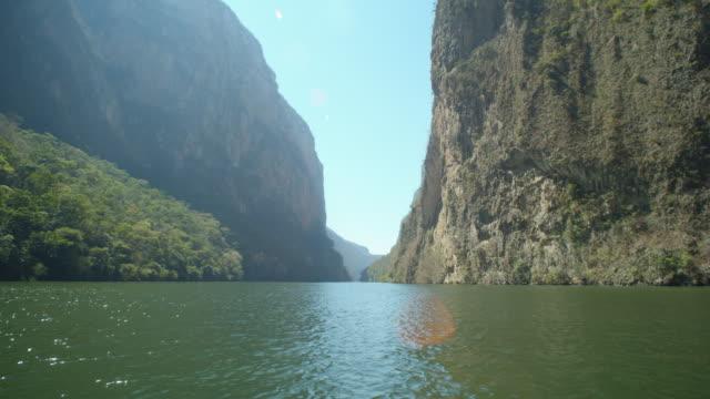 stockvideo's en b-roll-footage met sumidero canyon boat point of view. panoramic camera motion - verwonderingsdrang