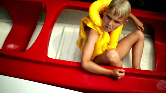stockvideo's en b-roll-footage met summer attractions - reddingsvest