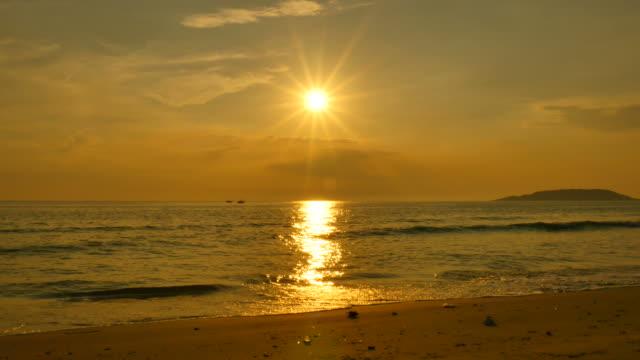 sommer strand bei sonnenuntergang silhouette - cay insel stock-videos und b-roll-filmmaterial