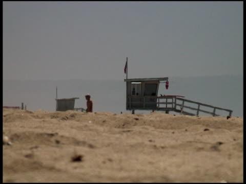 estate spiaggia foschia - cabina del guardaspiaggia video stock e b–roll