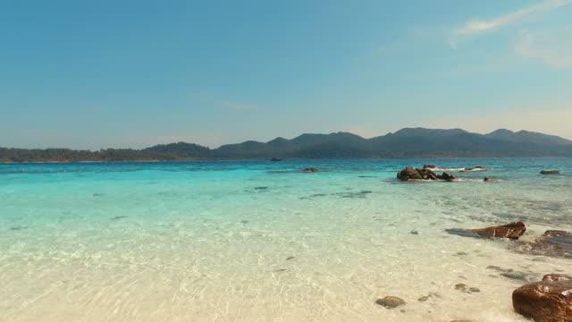 夏の晴れた日の青ターコイズの海と夏のビーチ - sunny点の映像素材/bロール